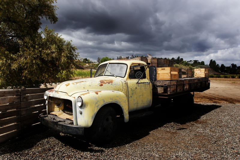 Caminhão velho do leito de GMC imagens de stock royalty free