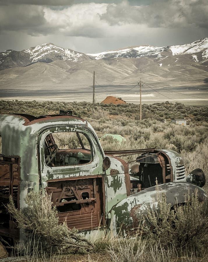 Caminhão velho do trabalho imagem de stock