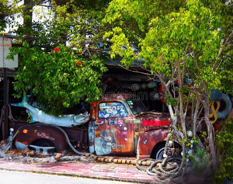 Caminhão velho na frente do vagão Resturant dos peixes do Bos em Key West Florida imagens de stock royalty free