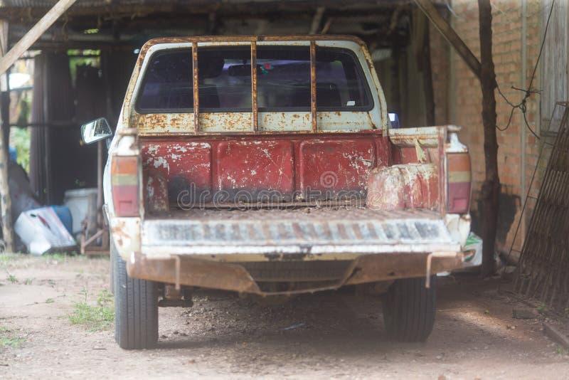 Caminhão velho na garagem fotografia de stock