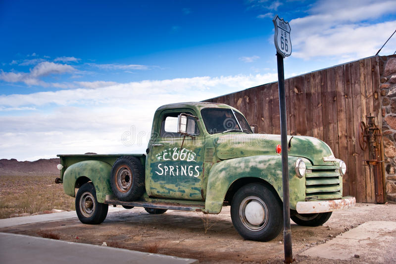 Caminhão velho na rota 66 imagens de stock