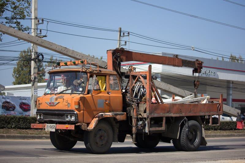Caminhão velho privado de Hino com guindaste foto de stock