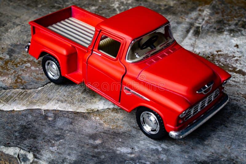 Caminhão velho vermelho fotografia de stock