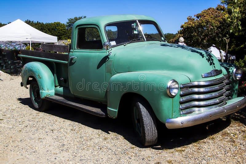 Caminhão verde do vintage em um mercado fotografia de stock royalty free