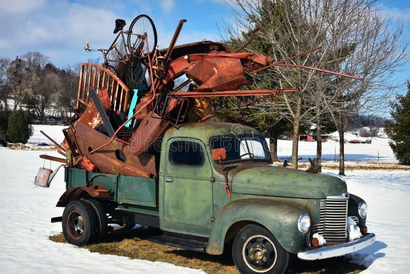 Caminhão verde do vintage que guarda a sucata imagens de stock royalty free
