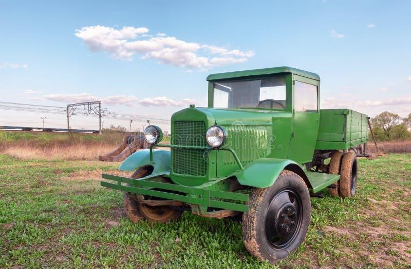 Caminhão verde soviético retro do vintage imagem de stock