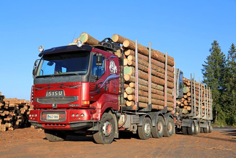Caminhão vermelho da madeira de Sisu 18E630 pronto para descarregar logs fotografia de stock