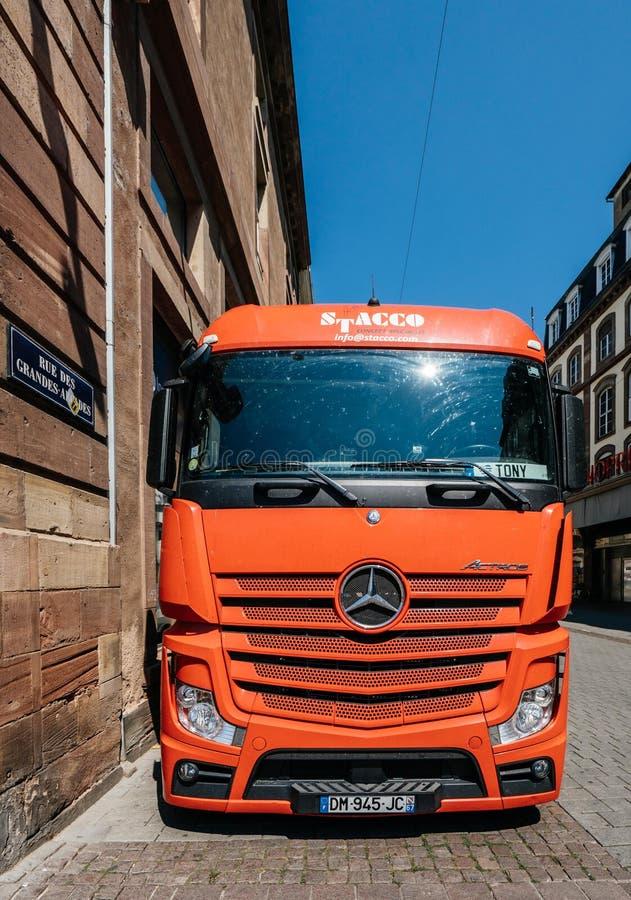 Caminhão vermelho de Mercedes Benz Actros estacionado na cidade foto de stock royalty free
