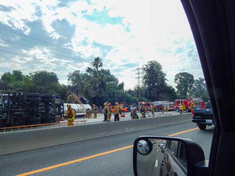Caminhão virado na autoestrada 5 em Los Angeles com sapadores-bombeiros e outros primeiros que respondes foto de stock royalty free