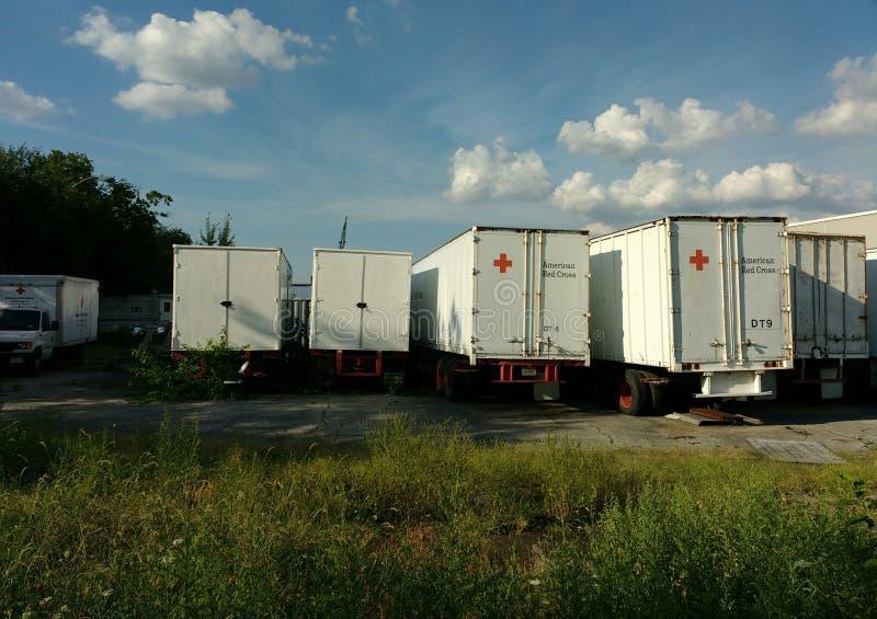 Caminhões americanos da cruz vermelha, Brooklyn, NY, EUA fotos de stock