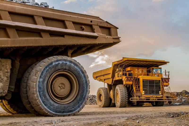 Caminhões basculantes da mineração que transportam o minério da platina para processar imagens de stock