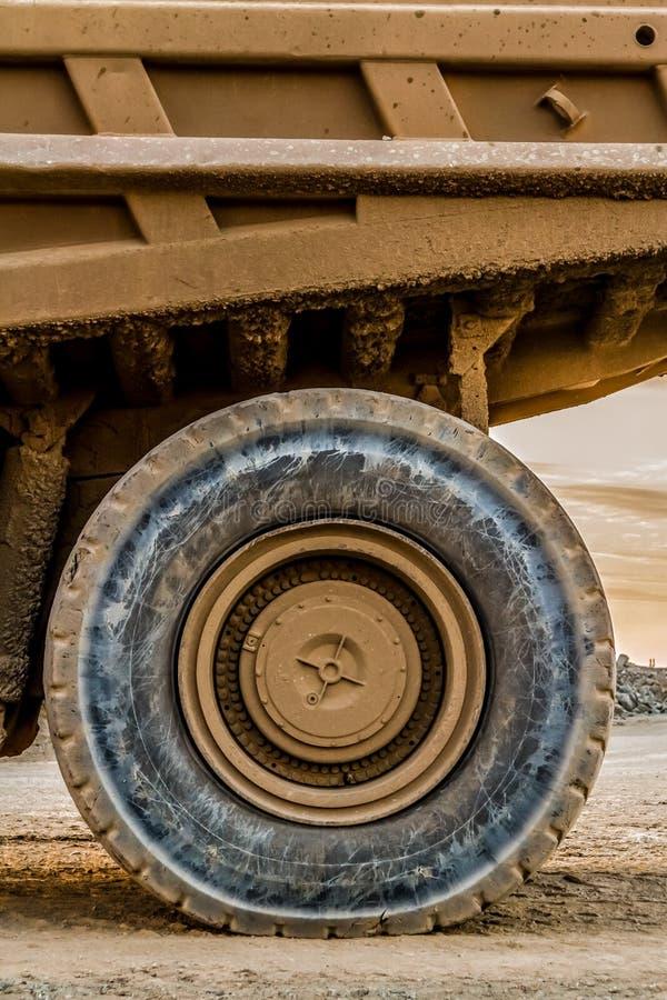 Caminhões basculantes da mineração que transportam o minério da platina para processar fotos de stock