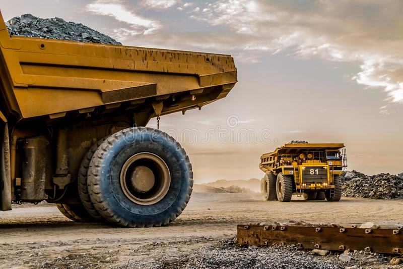 Caminhões basculantes da mineração que transportam o minério da platina para processar foto de stock royalty free