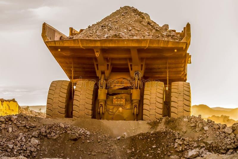 Caminhões basculantes da mineração que transportam o minério da platina para processar imagem de stock royalty free