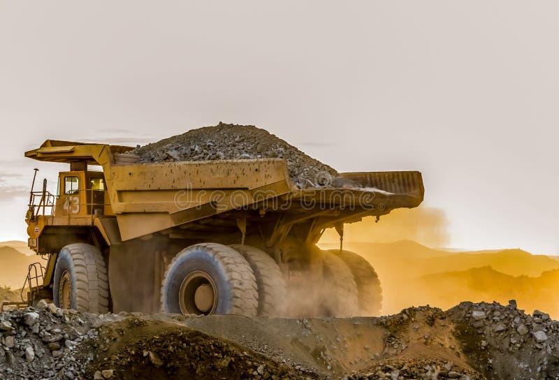 Caminhões basculantes da mineração que transportam o minério da platina para processar fotos de stock royalty free
