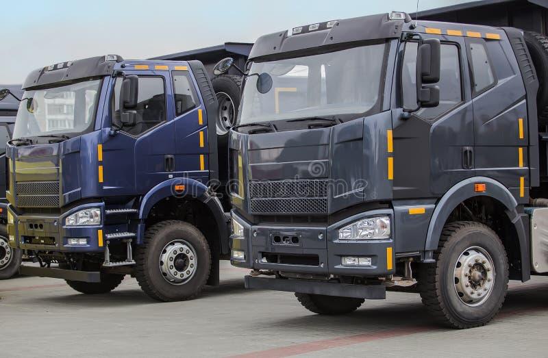 Caminhões basculantes novos em seguido imagem de stock