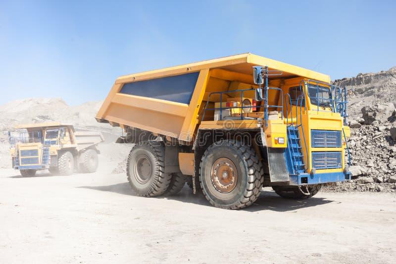 Caminhões basculantes que movem-se em uma mina fotografia de stock royalty free