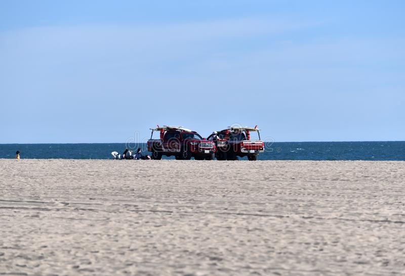 Caminhões da salva-vidas no Huntington Beach fotos de stock royalty free