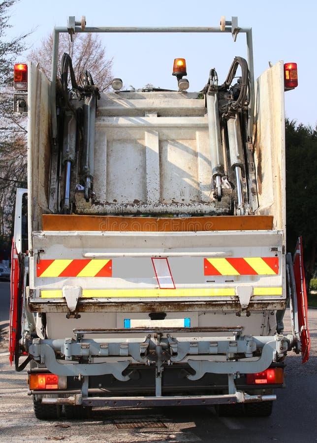 Caminhões de lixo durante o serviço da coleção de resíduos sólidos no imagem de stock royalty free