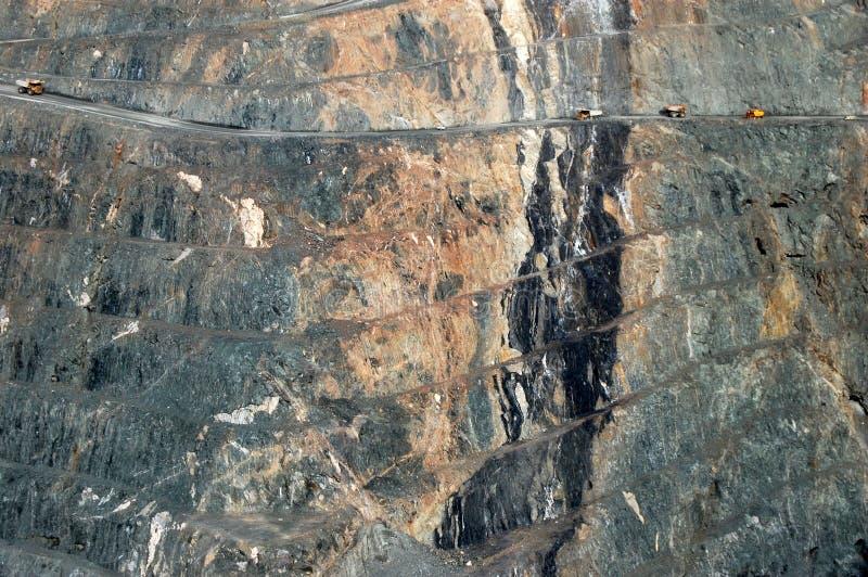Caminhões de mineração na mina de ouro imagens de stock