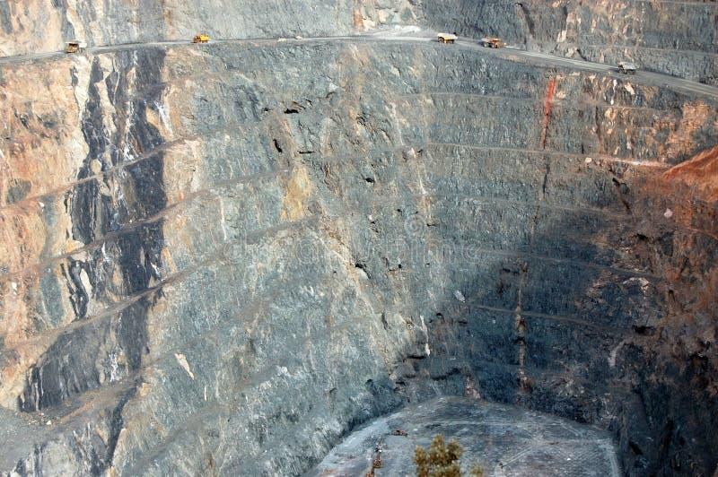 Caminhões de mineração na mina de ouro foto de stock royalty free