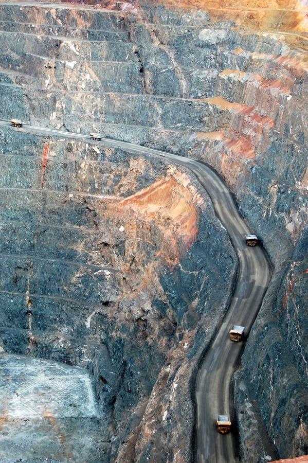 Caminhões de mineração na mina de ouro fotografia de stock royalty free