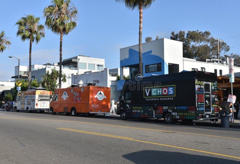 Caminhões do alimento em Abbot Kinney Blvd em Veneza CA imagens de stock royalty free