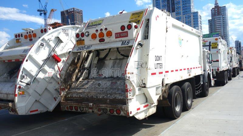 Caminhões do saneamento imagens de stock