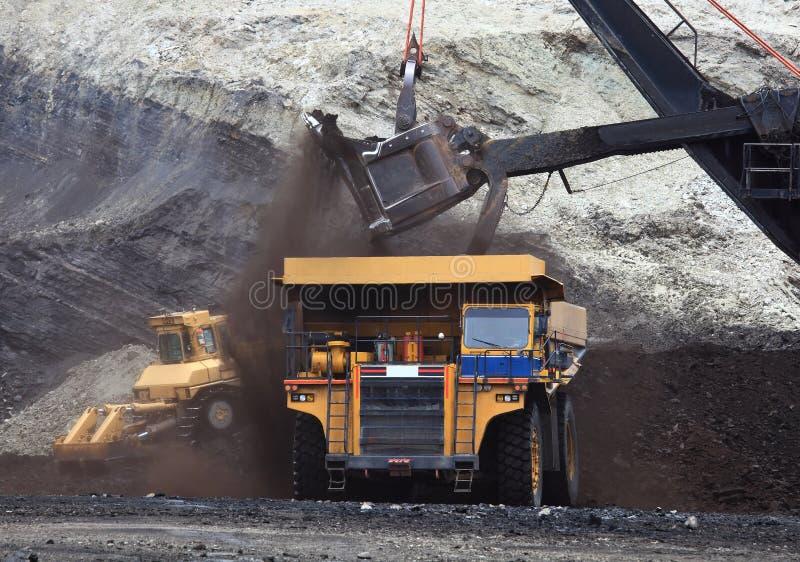Caminhões do transporte que estão sendo carregados com o minério foto de stock royalty free