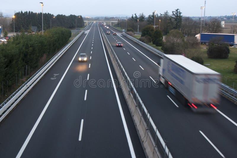 Caminhões dos carros da autoestrada da estrada da estrada fotos de stock royalty free