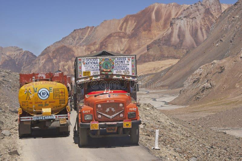 Caminhões em uma estrada da montanha imagem de stock