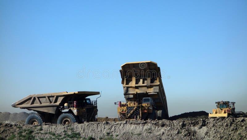 Caminhões em uma mina de carvão em South Dakota fotografia de stock