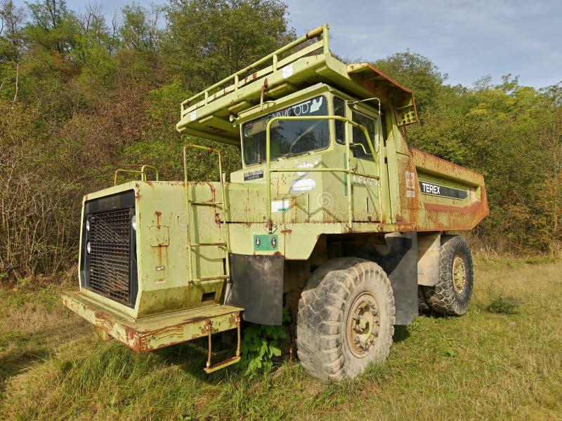 Caminhões gigantes de mineração no museu da mineração fotos de stock
