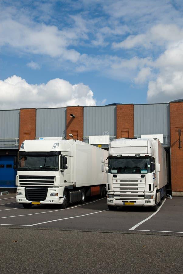 Caminhões grandes na doca de carregamento imagem de stock