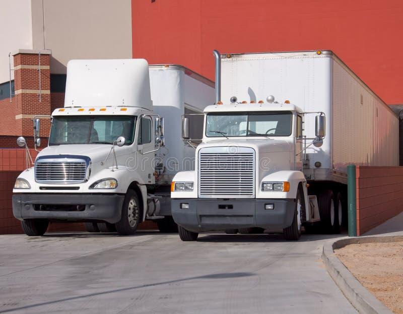 Caminhões na doca de carregamento do armazém foto de stock royalty free