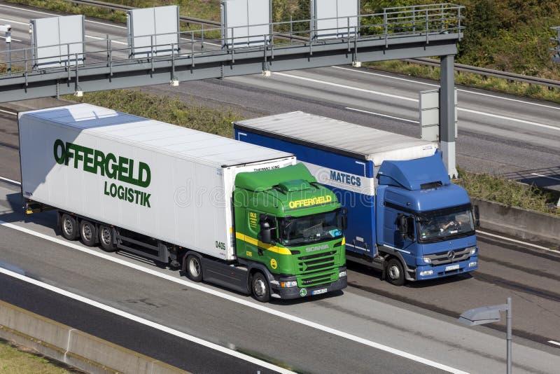 Caminhões na estrada imagens de stock royalty free