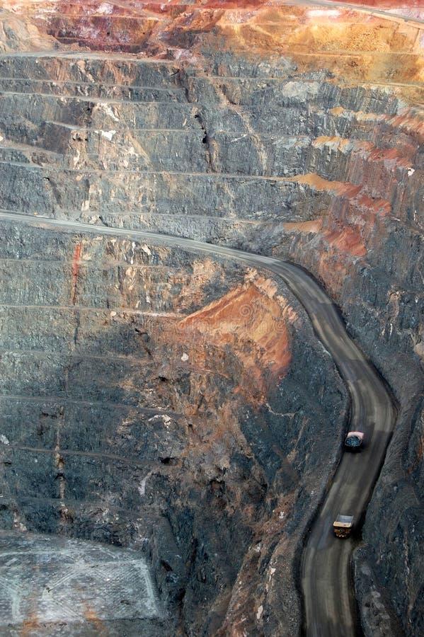 Caminhões na mina de ouro super Austrália do poço imagens de stock