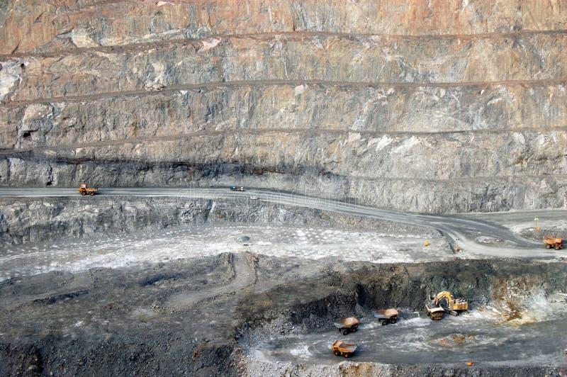 Caminhões na mina de ouro super Austrália do poço imagem de stock royalty free