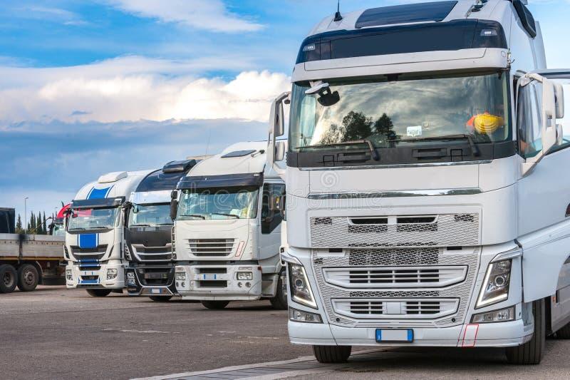 Caminhões num estacionamento fotografia de stock