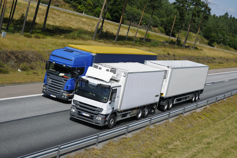 Caminhões que alcanç na estrada imagens de stock royalty free