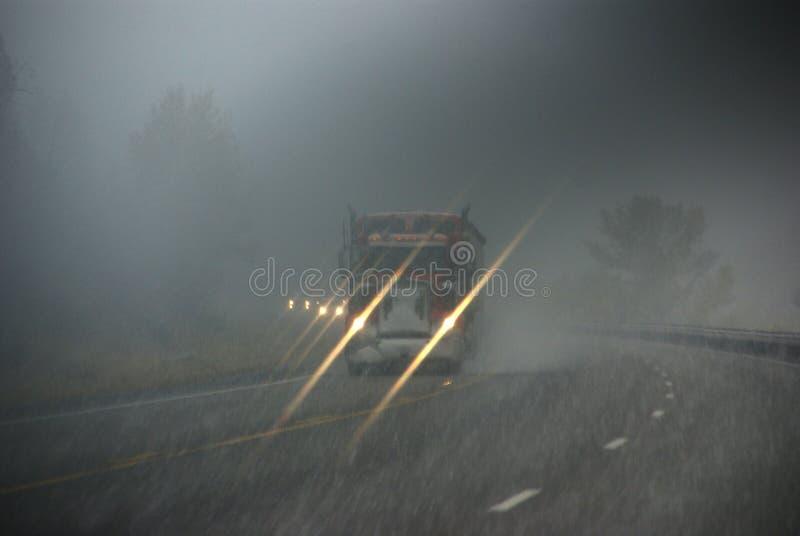 Caminhões que movem-se através da névoa imagens de stock