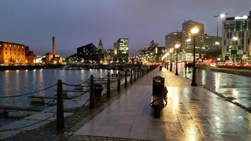 Caminhada úmida da noite da cidade fotografia de stock royalty free