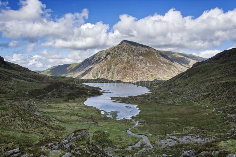 Caminhada acima de Y Garn Snowdonia Gales norte Reino Unido fotos de stock royalty free