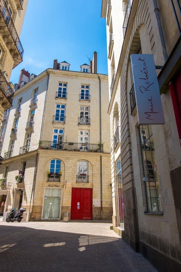 Caminhada ao longo das ruas do centro histórico de Nantes, França imagens de stock royalty free