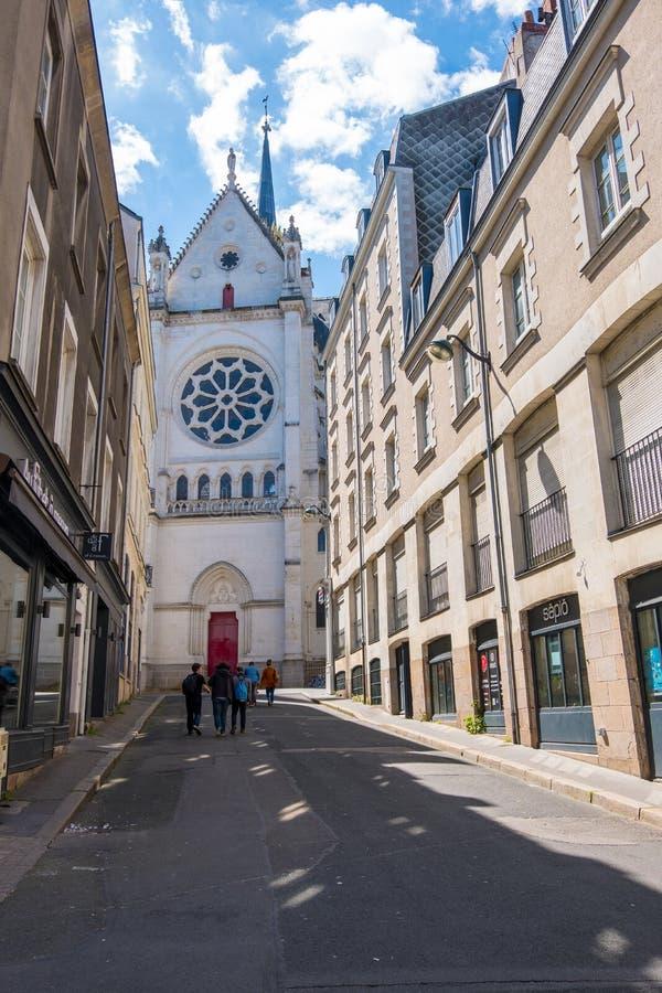 Caminhada ao longo das ruas do centro histórico de Nantes, França imagens de stock