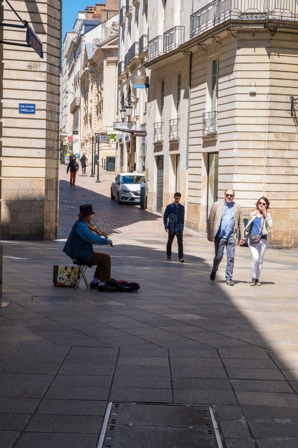 Caminhada ao longo das ruas do centro histórico de Nantes, França imagem de stock