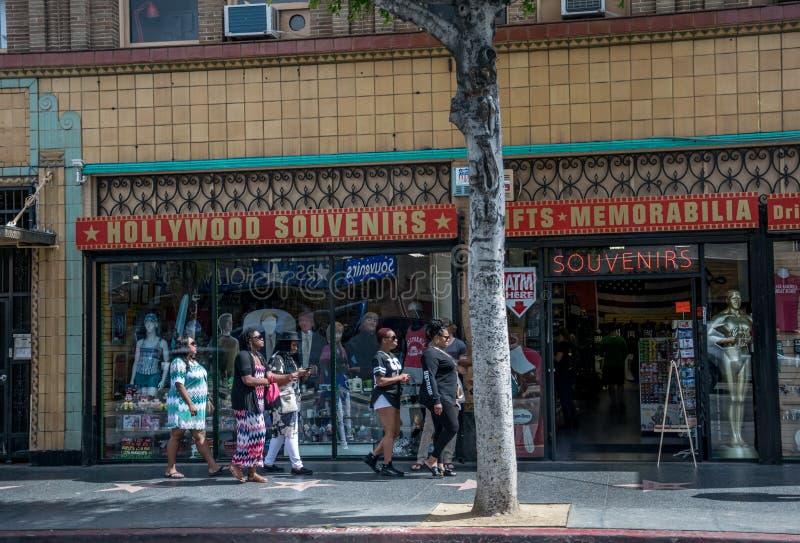 Caminhada ao longo do bulevar de Hollywood Turistas na frente da loja de lembrança Los Angeles, Califórnia imagens de stock royalty free