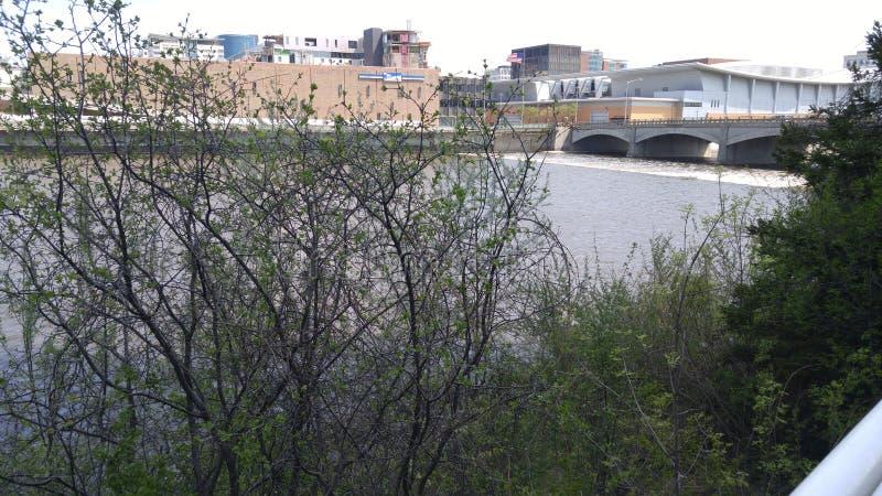 Caminhada ao longo do rio fotos de stock