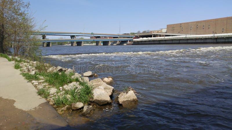 Caminhada ao longo do rio fotos de stock royalty free