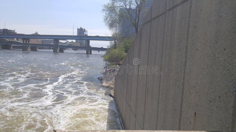Caminhada ao longo do rio fotografia de stock royalty free